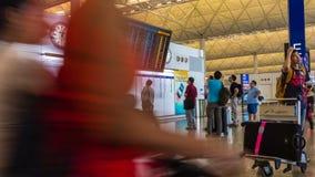 видео timelapse 4k путешественников вокруг доски данным по полета в авиапорте акции видеоматериалы