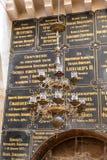 Виды большие декоративно украшенные люстры в более низкой зале в церков Александра Nevsky в Иерусалиме, Израиле стоковые фото