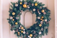 Виды венка рождества на двери Стоковые Изображения RF