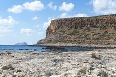 Виды на море, горы и скалистый берег Стоковые Фото