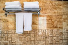 Виды полотенца на стене в ванной комнате Стоковые Фото