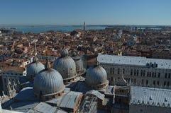 Виды с воздуха от башни Campanille крыш собора San Marcos в Венеции Перемещение, праздники, архитектура стоковая фотография rf