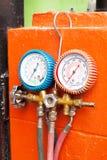 Вид датчика воздуха давления на оранжевой стене Стоковые Фото