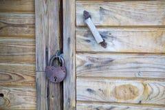 Вид замка металла с ручкой двери на деревянной двери стоковое изображение rf