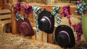 Вид ковбойских шляп и шарфов на загородке сток-видео