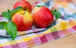 Вид красных и желтых зрелых яблок торжественный на полотенце кухни стоковое изображение