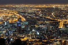 Вид на город Кейптаун ночи стоковые фотографии rf