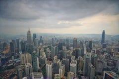 Вид на город Куалаа-Лумпур с KLCC и новое здание ориентира на бочке Razak Jalan стоковое фото