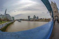 Вид на город Лондона над рекой Темзой от моста башни Стоковые Изображения RF