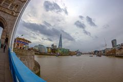 Вид на город Лондона над рекой Темзой от моста башни Стоковые Фотографии RF