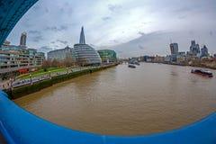 Вид на город Лондона над рекой Темзой от моста башни Стоковое Изображение