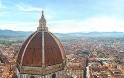 Вид на город Флоренса с куполом duomo и городским пейзажем и горами на горизонте Стоковое Изображение