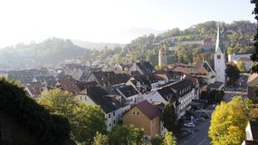 Вид на город Feldkirch с светом вечера и тёмным небом стоковая фотография
