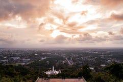 Вид на город Hat Yai на заходе солнца летом от общественного парка Hat Yai, Songkhla стоковое фото