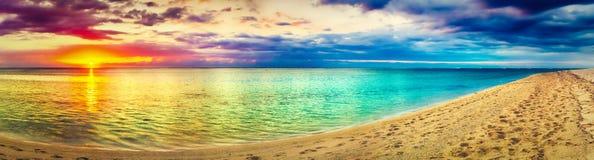 Вид на море на заходе солнца изумительный ландшафт панорама пляжа красивейшая стоковое фото rf