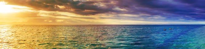 Вид на море на заходе солнца изумительный ландшафт панорама стоковые фото