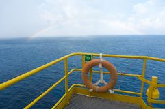 Вид на море от оффшорного поднимает вверх буровую установку домкратом стоковое фото