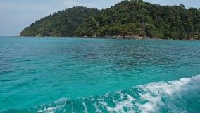 Вид на море от шлюпки длинного хвоста которая бежит по побережью сток-видео