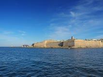 Вид на море с городом Валлетты в острове Мальты Стоковое Изображение RF