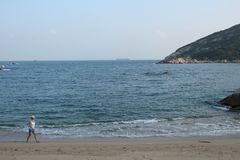 Вид на море с дамой стоковое изображение