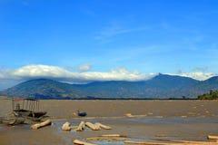Вид на озеро и горы стоковые фотографии rf