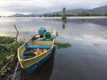 Вид на озеро с маленькой лодкой Стоковое Изображение RF