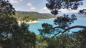 Вид на озеро Sainte Croix du Verdon через деревья, в Провансали, Франция, Европа стоковое изображение