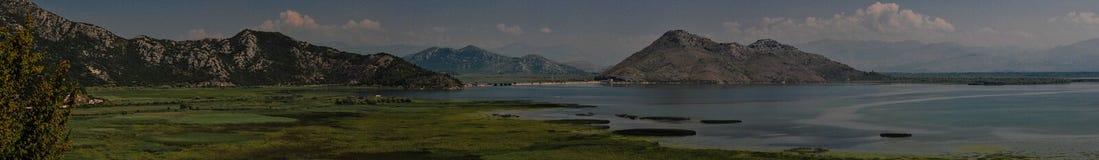 Вид на озеро Shkodra Горы, сценарные стоковые изображения