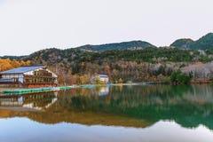 Вид на озеро Yunoko в сезоне осени, Nikko, Tochigi, Японии стоковая фотография rf