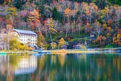 Вид на озеро Yunoko в сезоне осени, Nikko, Tochigi, Японии стоковое изображение rf