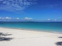 Вид на океан голубого неба, красивые облака и Тихая океан кристаллическая бирюза мочат около тропического острова с пороховидным  Стоковое Изображение RF