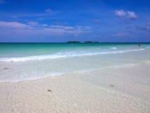 Вид на океан голубого неба, красивые облака и Тихая океан кристаллическая бирюза мочат около тропического острова с пороховидным  Стоковая Фотография
