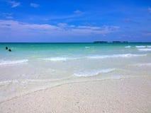 Вид на океан голубого неба, красивые облака и Тихая океан кристаллическая бирюза мочат около тропического острова с пороховидным  Стоковая Фотография RF