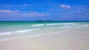 Вид на океан голубого неба, красивые облака и Тихая океан кристаллическая бирюза мочат около тропического острова с пороховидным  Стоковые Фотографии RF