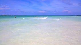 Вид на океан голубого неба, красивые облака и Тихая океан кристаллическая бирюза мочат около тропического острова с пороховидным  Стоковое Изображение
