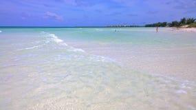 Вид на океан голубого неба, красивые облака и Тихая океан кристаллическая бирюза мочат около тропического острова с пороховидным  Стоковое Фото