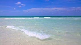 Вид на океан голубого неба, красивые облака и Тихая океан кристаллическая бирюза мочат около тропического острова с пороховидным  Стоковые Фото