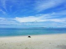 Вид на океан голубого неба, облаков и красивой Тихой океан кристаллической воды около тропического острова с белым песком Стоковое Фото