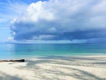 Вид на океан голубого неба, облаков и красивой Тихой океан кристаллической воды около тропического острова с белым песком Стоковые Изображения