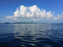 Вид на океан голубого неба, пучков облаков и Тихой океан темносиней воды около тропического острова Стоковые Изображения