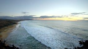 Вид на океан на пляже El Cotillo к ночь,