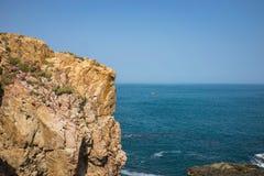 Вид на океан на скале камня покрывает Dia Da или Dia Ghenh Da в центральном Вьетнаме Стоковые Фотографии RF