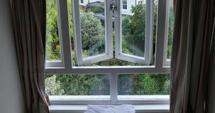 Вид на сад через окно видеоматериал