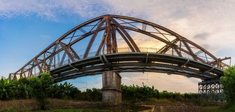 Вид сбокуый панорамы длинного моста металла Bien старого на раннем утре в Ханое, Вьетнаме стоковые изображения rf