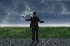 Вид сзади азиатского бизнесмена стоя на дожде Стоковая Фотография RF