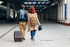 Вид сзади влюбчивых пар битника идя вниз с станции и беседуя outdoors Концепция Holyday Стоковое Изображение RF