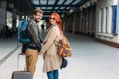 Вид сзади влюбчивых пар битника идя вниз с станции и беседуя outdoors Концепция Holyday Стоковые Изображения