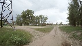 Вид сзади вождения автомобиля вдоль сельской грязной улицы акции видеоматериалы
