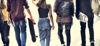 Вид сзади группы в составе подруги по школе идя outdoors образ жизни стоковое фото rf