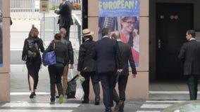 Вид сзади группы людей покидая parvis Европейского парламента видеоматериал